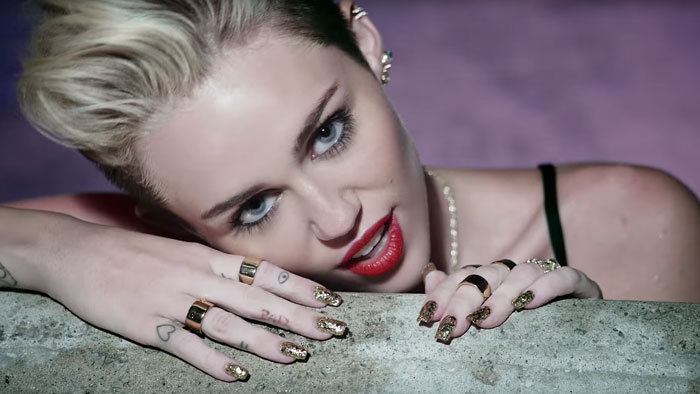 Miley Cyrus vo videoklipe We Can't Stop