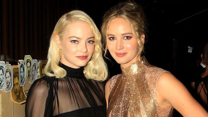 Emma Stone a Jennifer Lawrence na premiére filmu Mother!