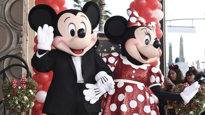 Mickey Mouse s partnerkou Minnie Mouse.