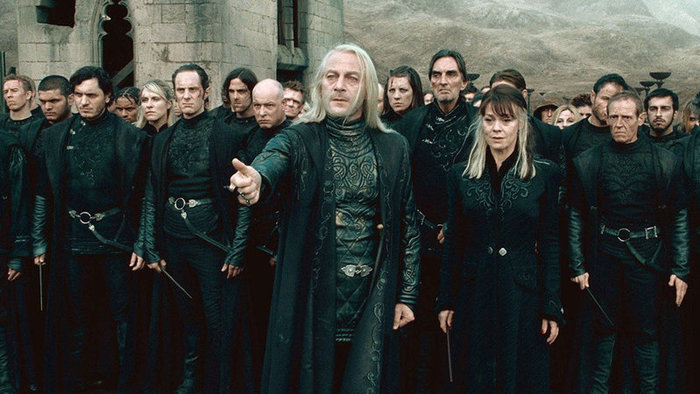 Jason Isaacs ako Lucius Malfoy vo filme Harry Potter a Dary smrti II