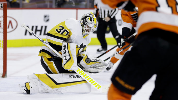 Brankár Pittsburghu Matt Murray v dueli proti Philadelphii.